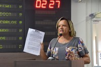 Aline Couto protesta contra fechamento de escola estadual