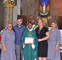 Padre Frei Wellington Reis recebe título de Cidadão Mossoroense em missa de despedida