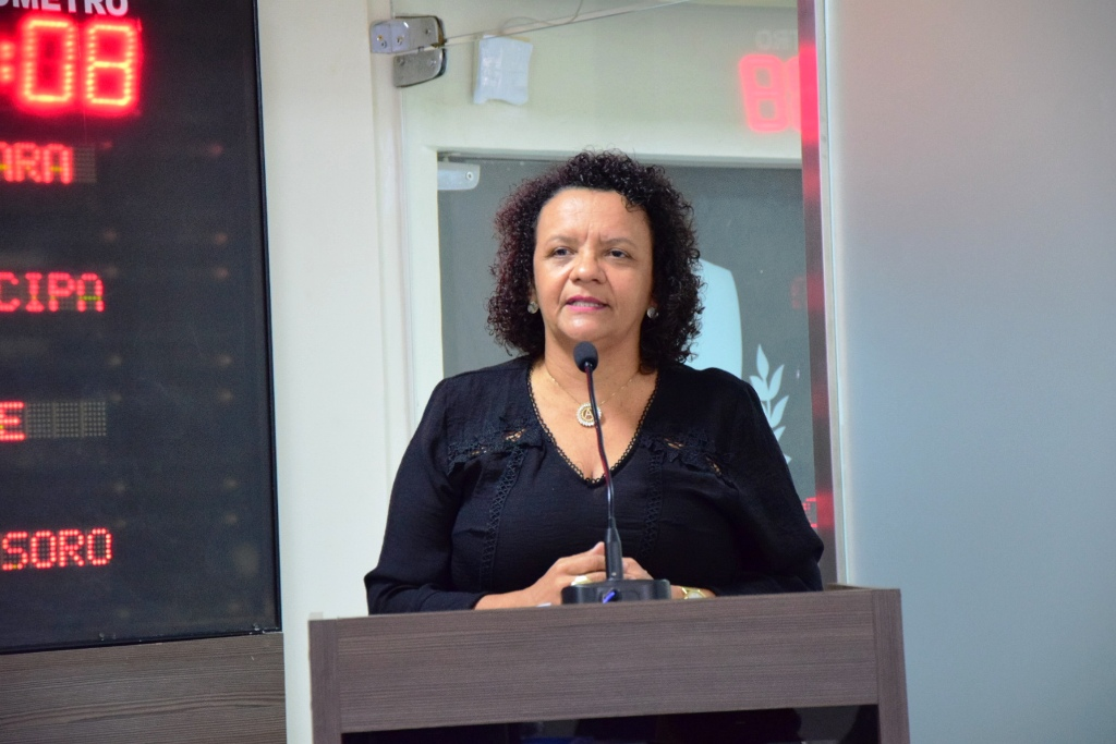 Aline Couto exalta projeto teatral da Escola Celina Guimarães