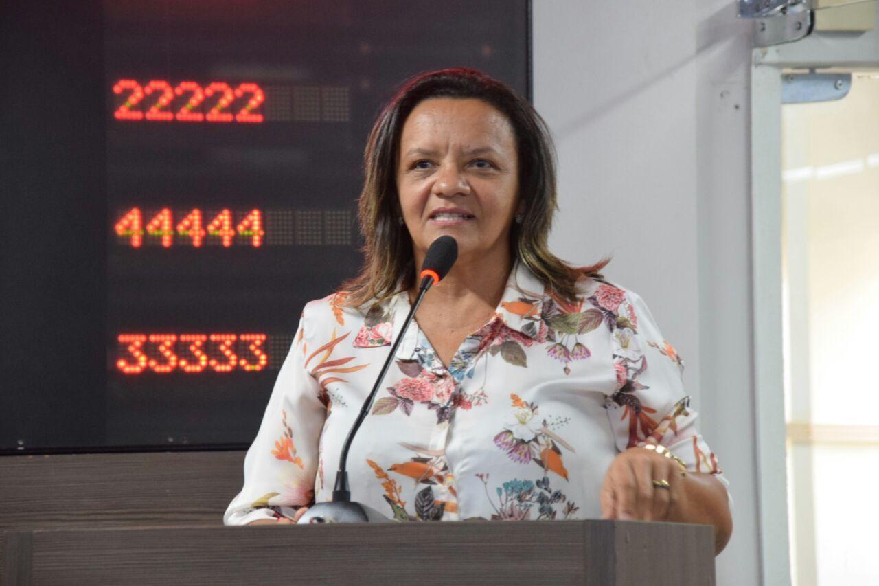 Aline Couto pede melhorias em teatro e mercados públicos