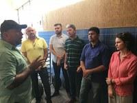 Bancada de oposição visita mercado da Cobal e denuncia problemas